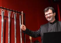 Он пережил Норд-Ост, когда вместе со своими музыкантами сидел  в оркестровой яме, которую подонки террористы превратили в выгребную