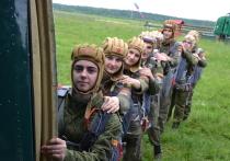 На учебных аэродромах ДОСААФ России состоялись парашютные прыжки суворовцев, кадет и юнармейцев