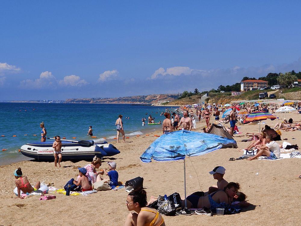Как селедки в бочке: кадры забитых черноморских пляжей