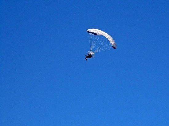 Житель Сургута стал лучшим парашютистом округа