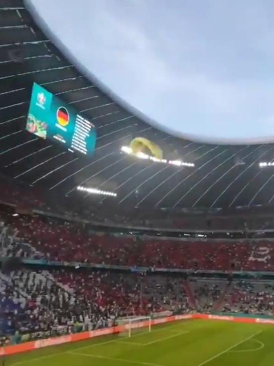 В соцсетях опубликовали видео приземления парашютиста на поле стадиона перед матчем Евро-2020