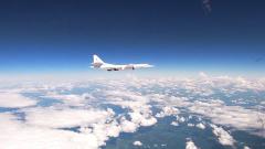 Российских ракетоносцев сопроводили иностранные истребители: кадры полета