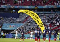 Перед началом матча Евро-2020 между Францией и Германией во вторник активист Greenpeace на параплане залетел на футбольную арену в Мюнхене