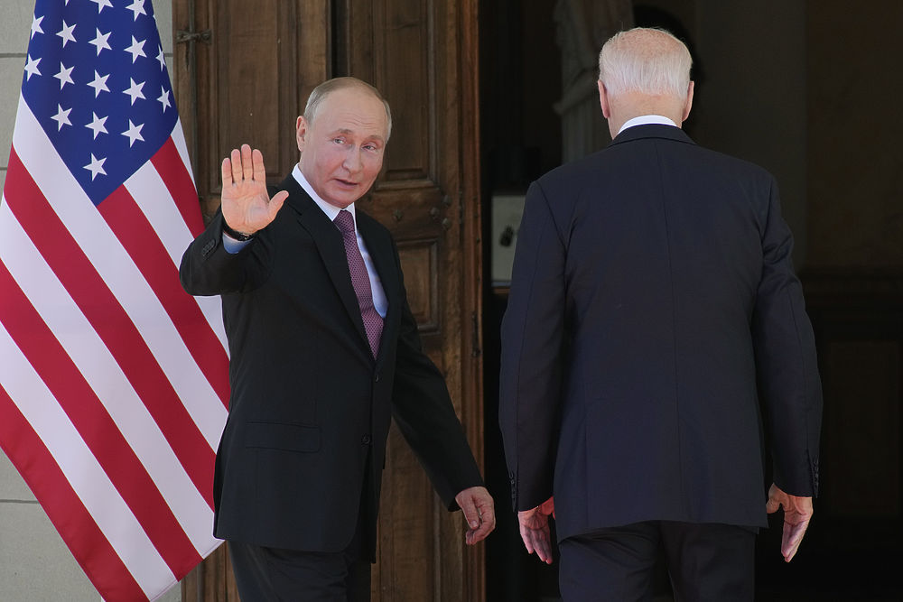 Лица Путина и Байдена на встрече в Женеве: драматичные кадры