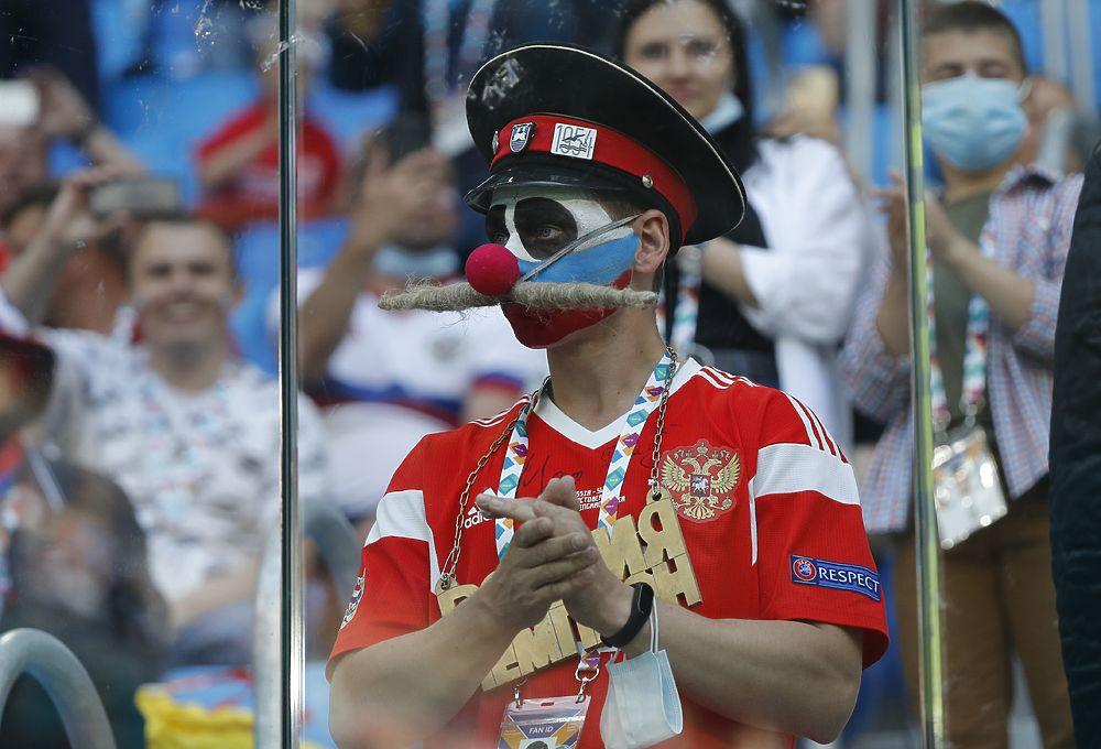 Царь, деловой боярин и Чебурашка: яркие фанаты на матче Россия — Финляндия