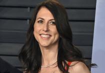 Маккензи Скотт, которая после развода с основателем Amazon Джеффом Безосом получила долю в компании, пожертвовала на благотворительность еще $2,7 млрд