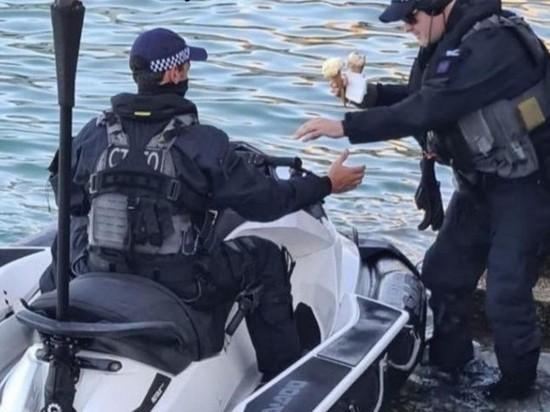 СМИ опубликовали фото агентов британского CTSFO с мороженым