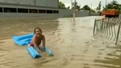 По затопленной Керчи плавают торговые ларьки и отчаянные горожанки: видео