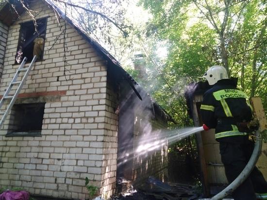 Огнеборцы оперативно потушили горящую баню в Смоленске