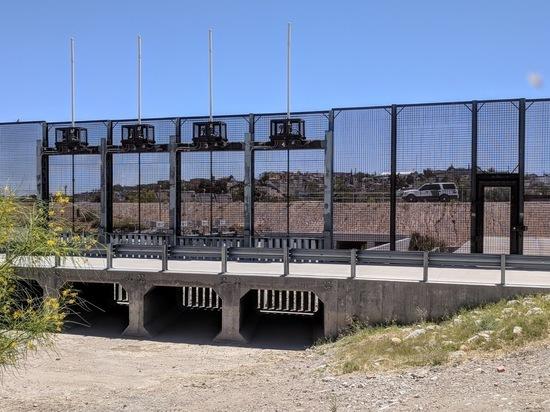 Губернатор Техаса собирается за счет штата возвести стену на границе с Мексикой