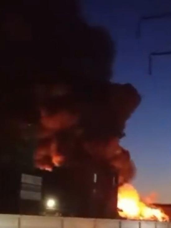 В соцсетях опубликовали видео крупного пожара на металлобазе в Москве