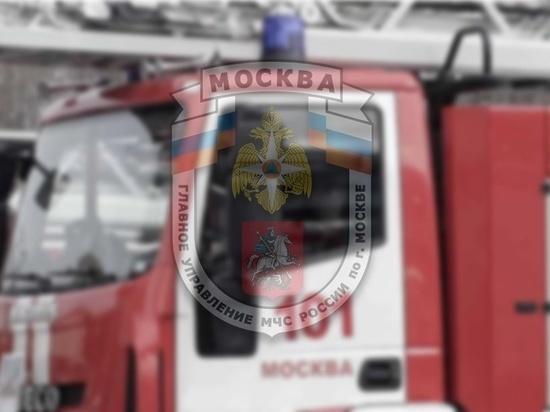 Сотрудники МЧС потушили пожар на металлобазе в Москве