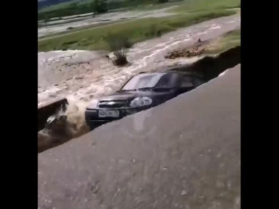 Джип слетел с разрушенной паводком трассы в Балейском районе