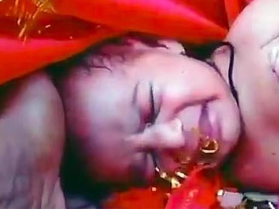 Рыбак обнаружил в реке в заколоченном ящике новорожденную нарядную девочку