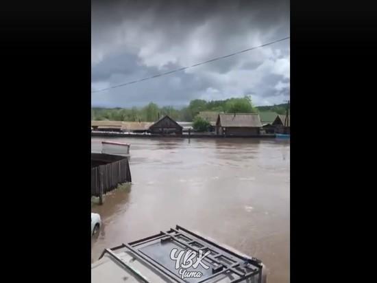 Вода в Шелопугино поднялась до крыш домов, люди ждут помощи