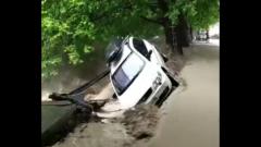Проливные дожди затопили Ялту: размыта набережная, перевернуты авто