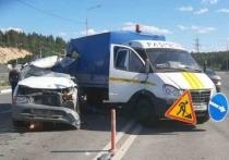 В Карелии микроавтобус въехал в машину дорожных рабочих