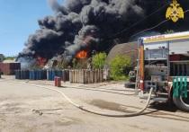 В Калуге горят склады автобазы