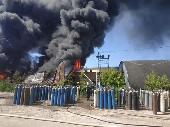 Появилось видео мощного пожара на автобазе в Калуге
