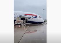 В лондонском аэропорту Хитроу из-за надломившейся передней стойки шасси «на нос» упал самолет Boeing 787 Dreamliner, который ранее прилетел в столицу Великобритании из Москвы