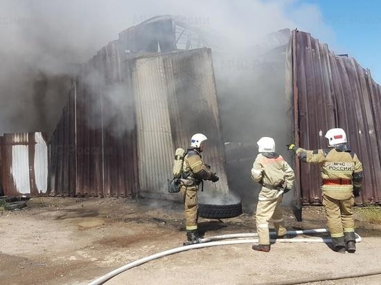 В Калуге потушили пожар в ангаре автобазы