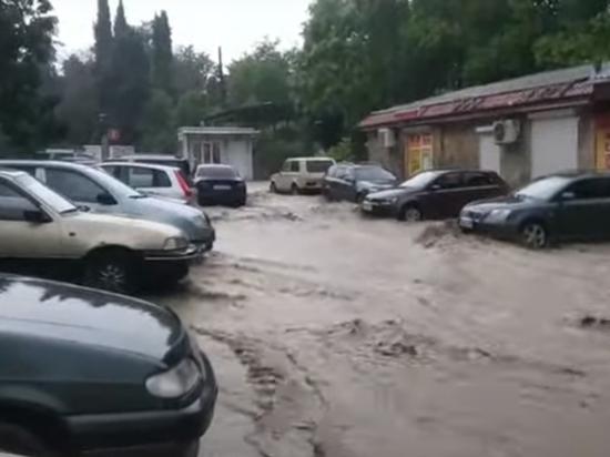 До отелей и кафе, расположенных вблизи реки Водопадная в Ялте, невозможно дозвониться – все вычерпывают воду из подвалов и первых этажей