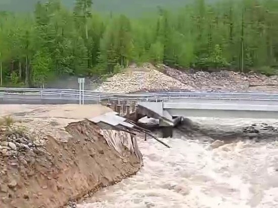 В Муйском районе Бурятии размыло опору моста