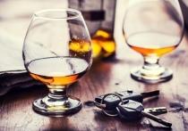 Новосибирские следователи завершили расследование уголовного дела в отношении 31-летнего пассажира BMW, который облил алкоголем и избил сотрудника ГИБДД