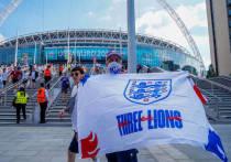В пятницу, 18 июня, поползли слухи о том, что финал Евро-2020 может быть перенесен из Лондона в Будапешт. В Великобритании на четыре недели продлили коронавирусные ограничения, и поскольку опять подвис вопрос по числу болельщиков, которые будут допущены на игры финальных раундов на «Уэмбли», а Будапешт сразу открыл все трибуны, то логика в переносе финала есть. Но «МК-Спорт» объяснит, почему этого, скорее всего, не случится.