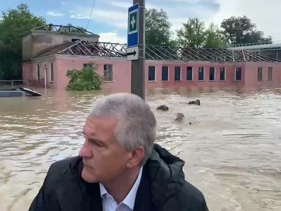 Аксенов пообещал поощрить сотрудников МЧС, плывших за его лодкой