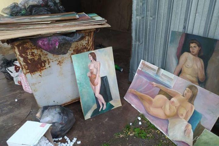 На костромской помойке обнаружилась целая коллекция картин в стиле «ню»
