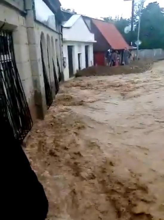 Вода не уходит с улиц поселка Кореиз в 10 км от Ялты на южном берегу Крыма, который сильно пострадал от циклона