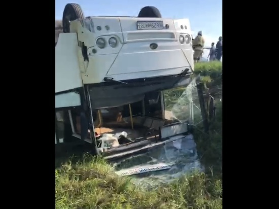 При опрокидывании автобуса в Краснодарском крае пострадали семь человек