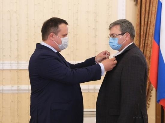 Полсотни новгородских медиков наградили за борьбу с коронавирусом