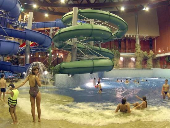 Власти Петербурга запретили доступ в аквапарки и на аттракционы