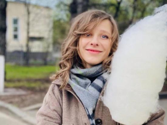«Пирожочек заедаю пирожочком»: беременная Лиза Арзамасова показала свою «диету»