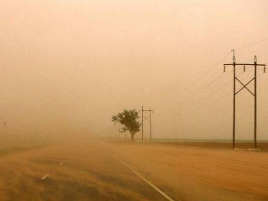 И вновь Калмыкию накрывают пыльные бури с ураганным ветром