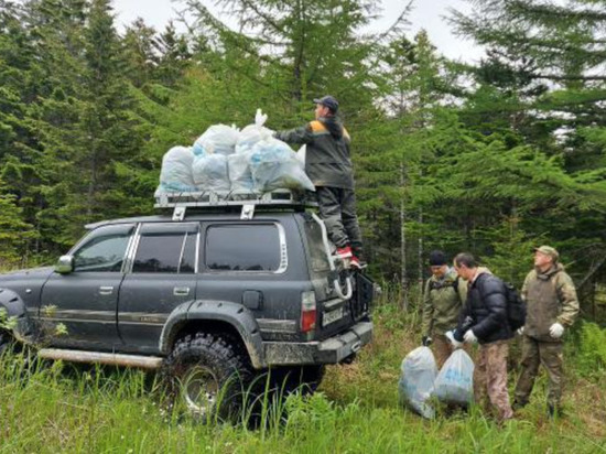 Сахалинцы собрали мусор в популярном месте рыбалки