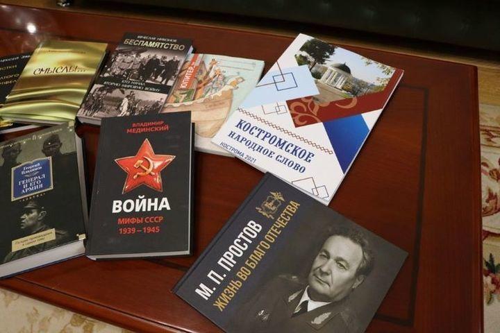 Сергей Ситников передал областной научной библиотеке 500 новых книг