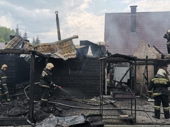 Три легковых автомобиля сгорели в Барнауле во время пожара в гаражах