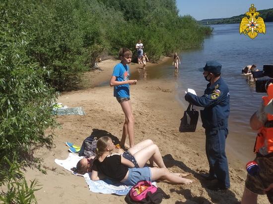 Спасатели пообщались с отдыхающими у воды на Оке в Калуге