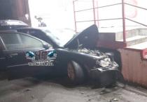В Челябинске ищут водителя, чья Volvo врезалась в магазин алкосети