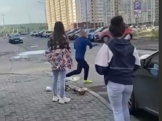 Житель Челябинска ремнем отхлестал куривших кальян на парковке девушек
