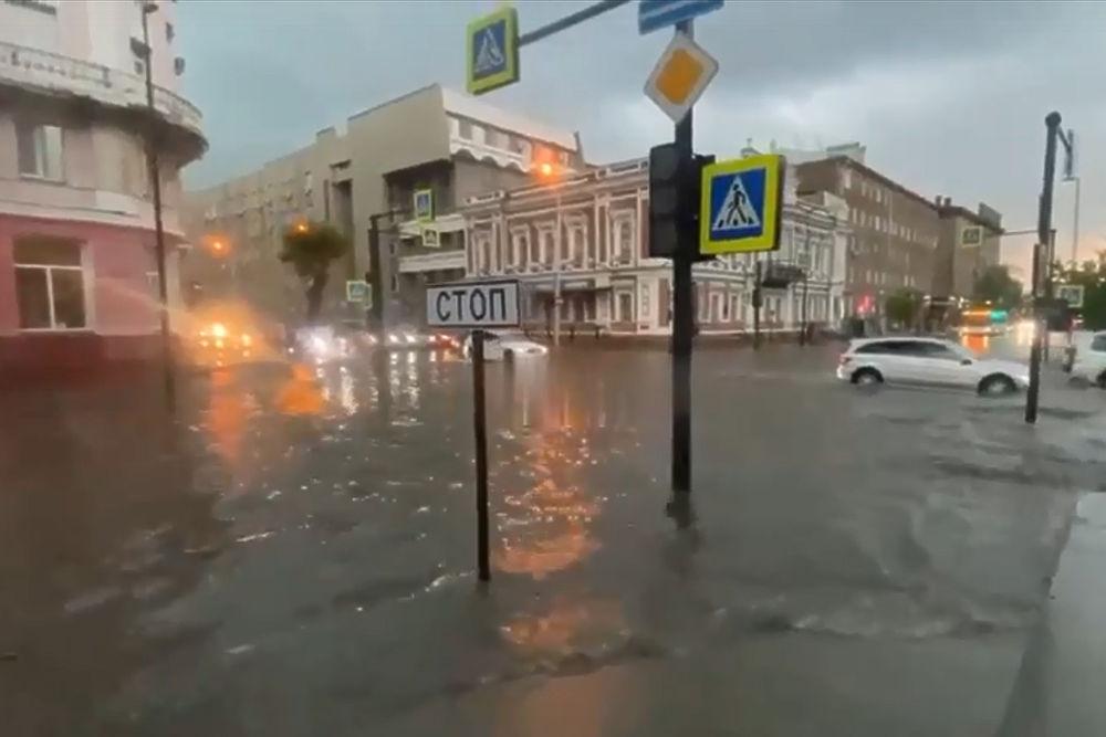 Красноярск смыло дождями: кадры плывущих автомобилей