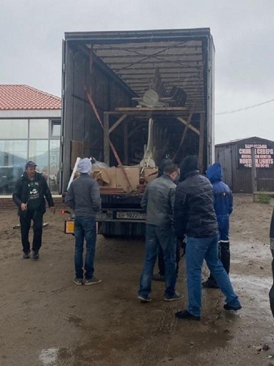 В Териберку доставили скелет «левиафана»