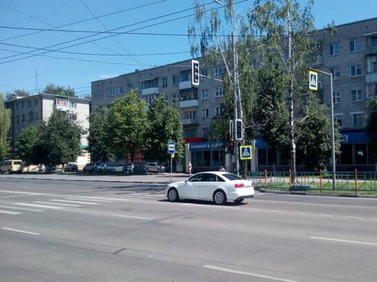 В Брянске включили светофор на переходе у памятника Летчикам