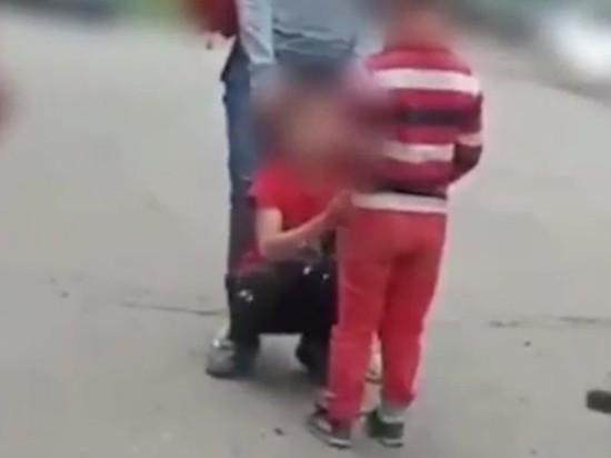 В Красноярске полиция возбудила два уголовных дела в отношении женщины, которая силой заставила 9-летнего мальчика на коленях извиняться перед ее сыном