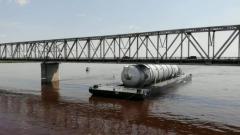 Баржа из-за паводка застряла под мостом в Благовещенске: видео