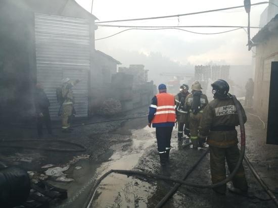 Масштабный пожар произошел в здании барнаульского автосервиса