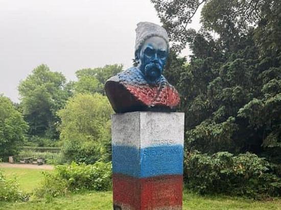 В Дании памятник украинскому поэту Шевченко раскрасили в цвета российского флага